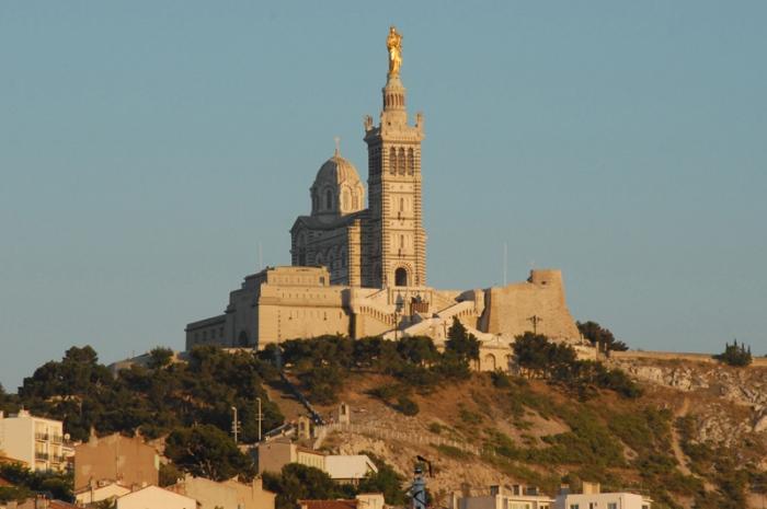 Avant d'être une Vierge d'or au sommet d'une majestueuse basilique, Notre-Dame de la Garde fut une Vierge noire logée dans une modeste chapelle, dans un fort dominant Marseille.