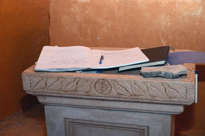 Des témoignage de piété, laissés par les randonneurs. Chapelle Saint-Pons. Valbelle.