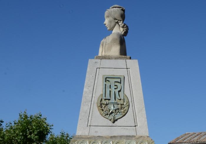 Buste de Marianne sur la fontaine de la principale place. Les Mées (Alpes-de-Haute-Provence).