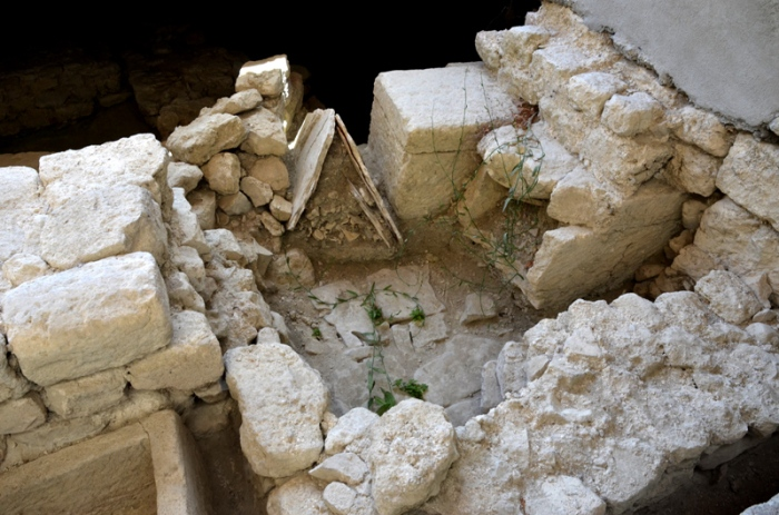Prieuré de Salagon. Mane (04). Vestiges gallo-romains sous le chevet de l'église.